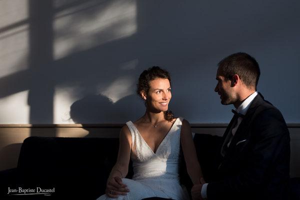 jeu d'ombres et lumières sur les mariés