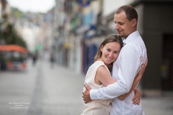 Séance photo couple avant mariage en ville