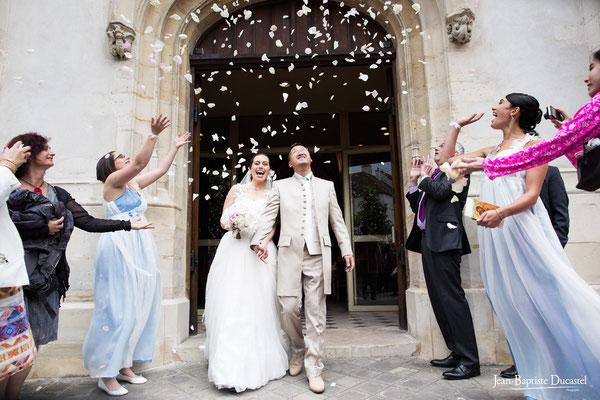 Sortie de l'église d'Antony sous les pétales - Robe mariée et témoins : Andralys