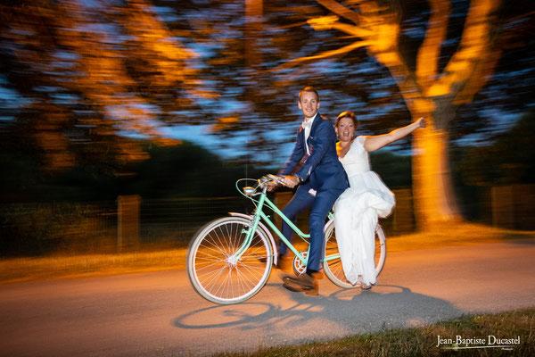 Les mariés en vélo de nuit