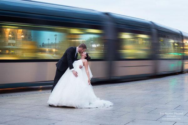 Séance photo de mariage originale à Bordeaux devant le Tramway