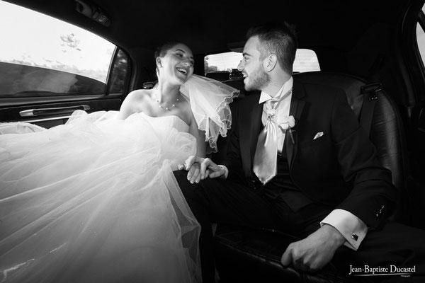 Les mariés laissent éclater leur joie en voiture