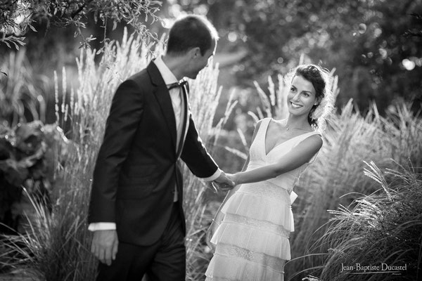 photos de couple naturelles en noir et blanc