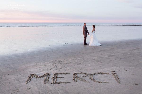 Photo pour les remerciements du mariage d'Angélique et Frédéric sur le sable de la plage
