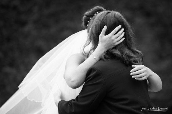 La mariée dans les bras de de sa maman