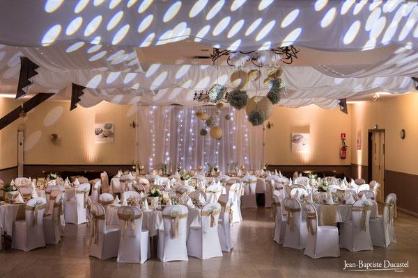"""Salle de réception du restaurant """"Les Tisons"""" à Ailly le Haut Clocher décorée par Marie Poipin's Event"""
