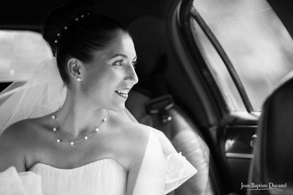 La mariée dans la limousine qui l'amène à la mairie - Coiffure Claude Boscher Upper Syle Bordeaux, make up Nouveau Regard