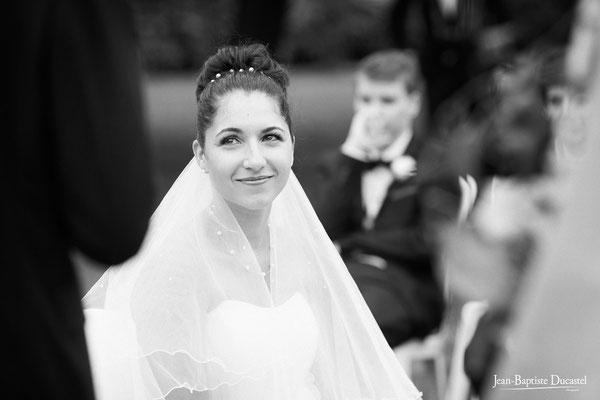 Charlène, la mariée, écoute le discours de Jérémy ( cérémonie laïque )