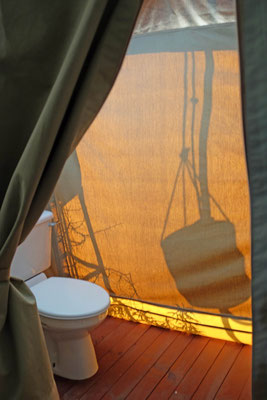 Die Zelt-Toilette und auße der Duschsack – Kati Kati Camp