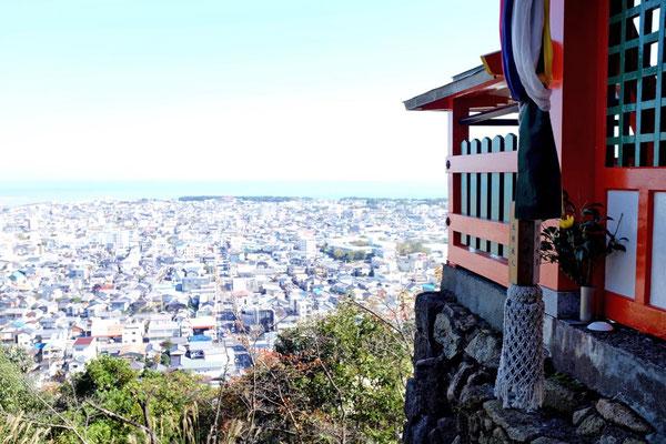 Weiter Blick über Shingu vom Kamikura-Jinja Schrein