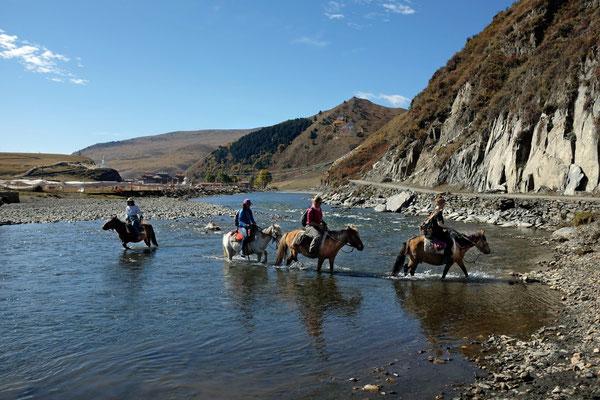 Auch durchs Wasser kein Problem, Horse Trek Tour 'Nomad Visit' in Tagong