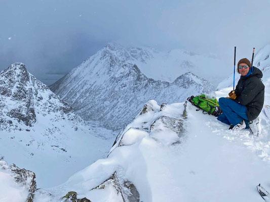 Sami wacht am Gipfel des Pilan