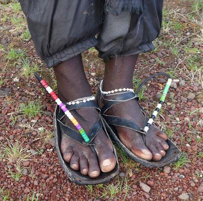 Kreativ aufgeschmückte Massai Autoreifen-Sandale