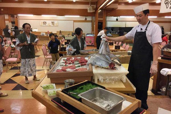 Abendliche  Tuna-Carving-Show im  Hotel Urashima, Katsuura
