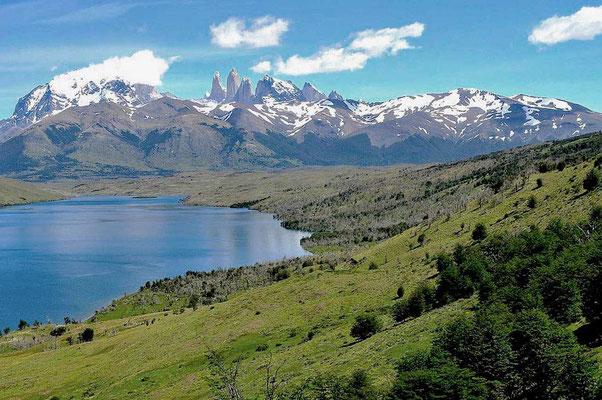 Laguna Azul mit Torres del Paine Türme