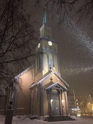 Die Tromsø Domkirche wird beschneit