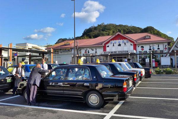 Taxifahrer warten auf Gäste in Tanabe