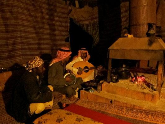 Bedouinenmusik nach dem Abendessen, Wadi Rum Jordanien