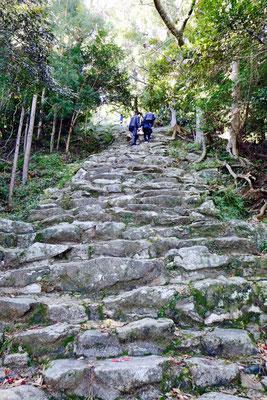 Die 538 Steinstufen des berühmten Fackelrennens 'Oto Matsuri'