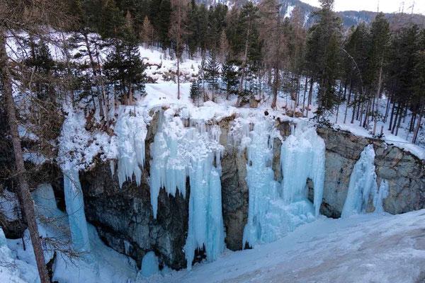 Pontresinas natürliche Eiskletterwand