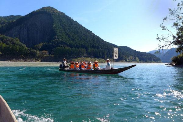 Über den Kumano-gawa Fluss pilgern, traditionell per Boot