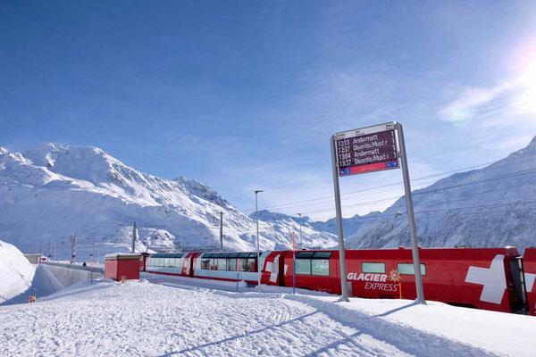 Der Glacier Express auf Alpenrundfahrt durch Andermatt