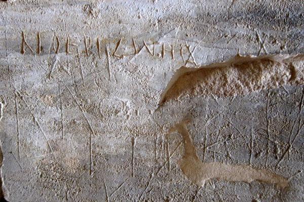Antike Graffitis der wartenden Athleten im Stationtunnel von Nemea, Peloponnes