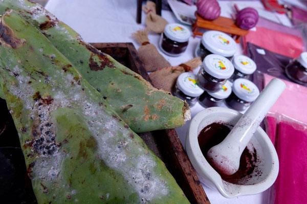 Cochenille gefärbte Textilien – Samstagsmarkt in Haria