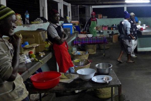 Die Köche am Arbeitsplatz auf der Simba Campsite