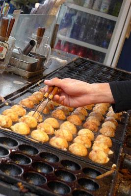 Osakas Kult Fast Food 'Takoyaki' Tintenfischbällchen