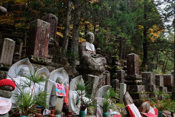 Lätzchen und Strickmützen locken Jizo an – Koyasan Friedhof Okunoin