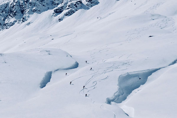 Variantenabfahrer im Diavolezza Skigebiet