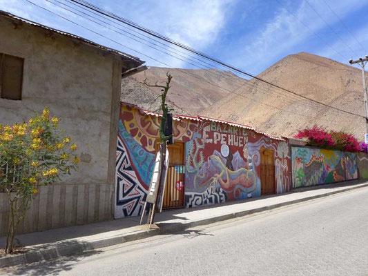 Bunte Murales in Pisco Elqui
