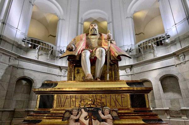 Der riesigen Eichenstatue von König Gustav Vasa im Nordiska Museet