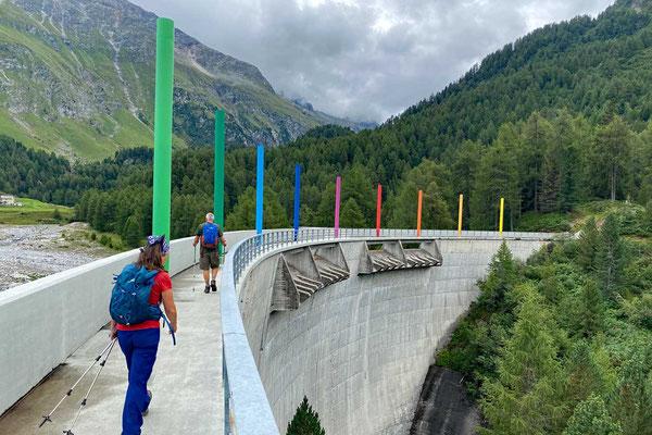 Staumauer als Schutz gegen Überschwemmungen, Wanderung Oberengadin-Majona