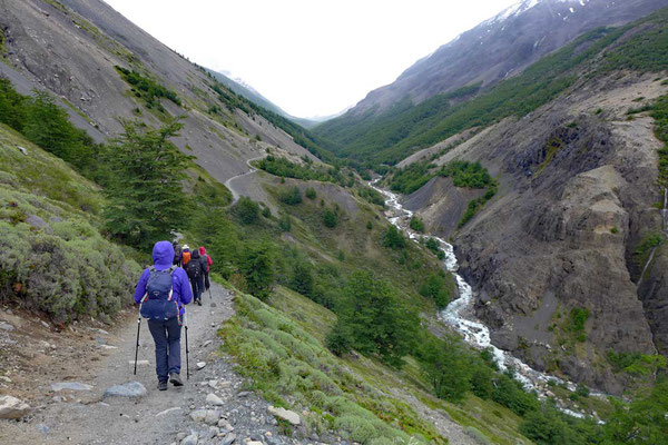 Flusstal zu den noch weiten Torres del Paine Türme