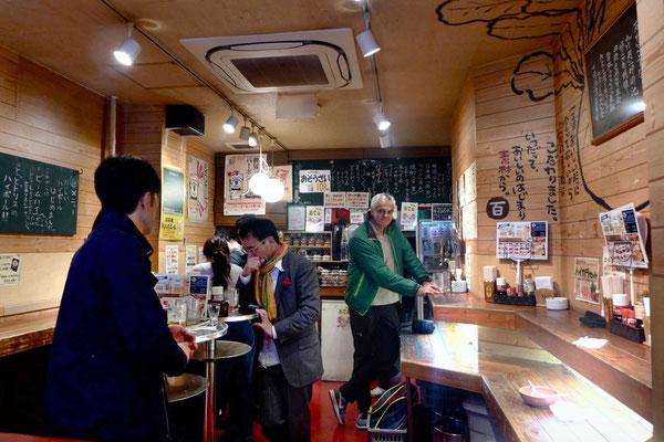 Stehbier in einer typischen Kneipe am Kyoto Nishiki Markt