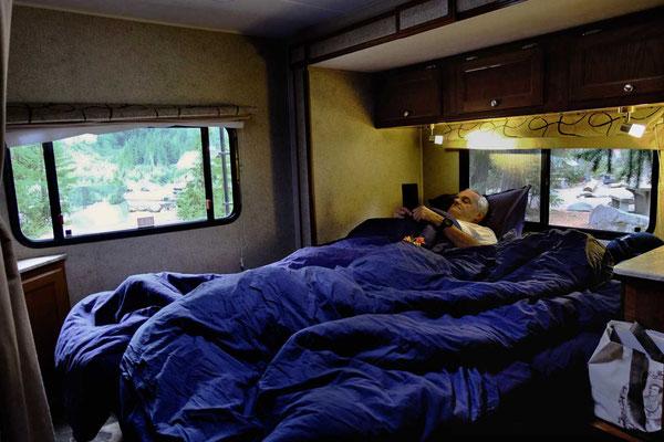 Bett im Road Bear RV