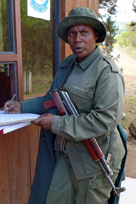 Ranger-Frau am Park Gate Arusha Nationalpark