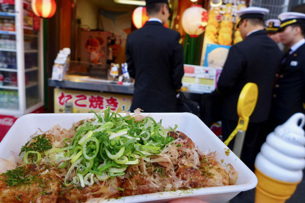 Heiß und Lecker – Takoyaki Osakas berühmte Tintenfischbällchen
