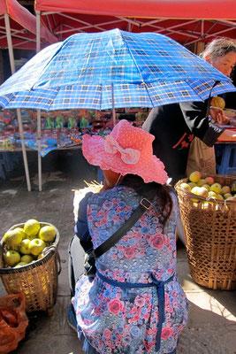 Gut behütet erscheint jede Frau im ländlichen China, Shaxi Markttag