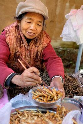 Geröstete chinesiche Artischocken auf dem Shaxi Markt