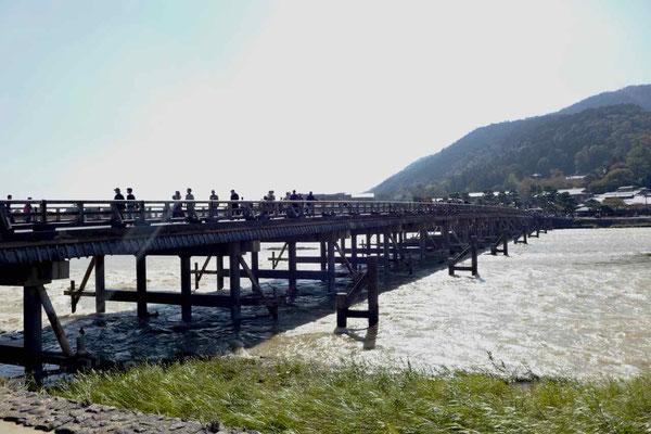 Arashiyama Brücke am Fluß mit vielen Sehenswürdigkeiten und Restaurants