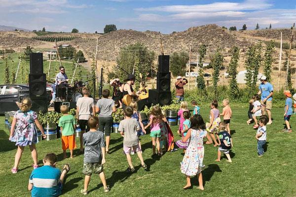Kinder vergnügen sich beim  Butterfly Fest, Yakima Valley, Cowiche Creek Brewing
