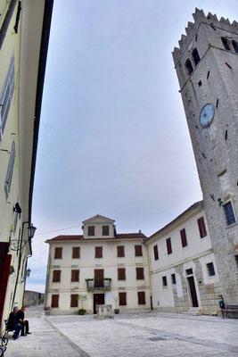 Kirchplatz im Bergdorf Motovun, Istrien