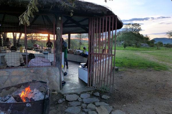 Die Kochstellen sind angefeuert für das Camp Abendessen in der Serengeti