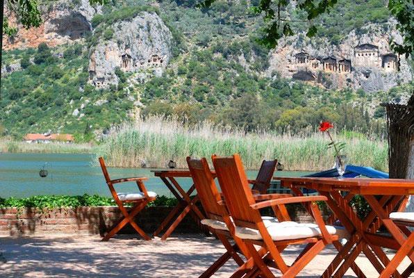 © Kano Hotel mit Blick auf Felsengräber,  Lykische Küste