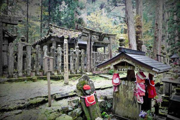 Mystischer Waldfriedhof Okunoin in Koyasan Japan