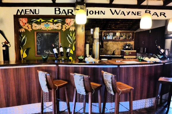 Hier saßen sie, John Wayne & Hardy Krüger – Hatari Lodge