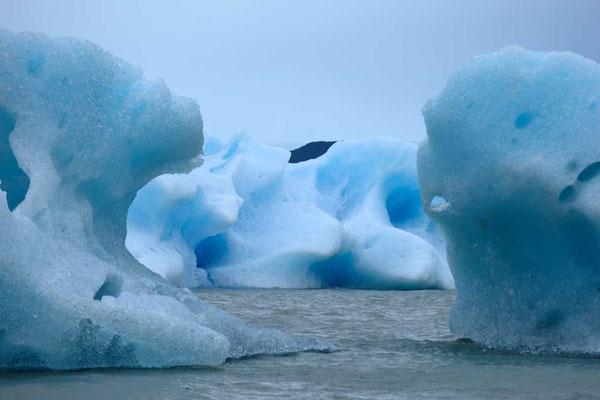 Haushohe Eisbrocken im Lago Grey